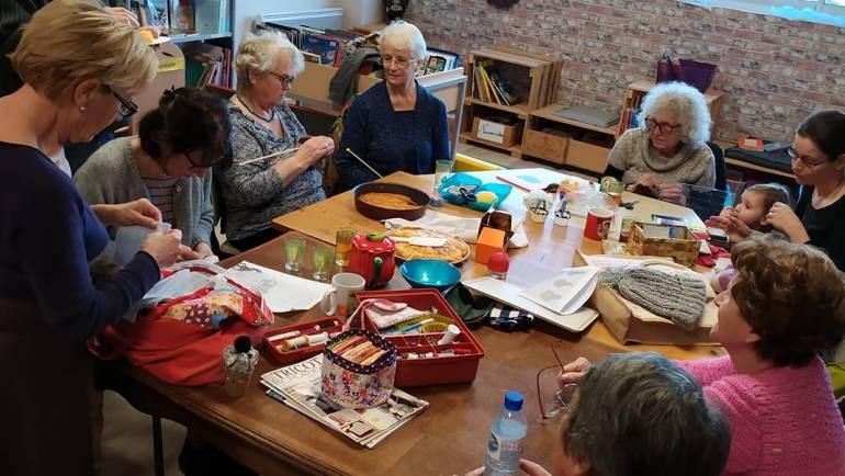 Beaucoup de monde à l'atelier café tricot thé samedi dernier.